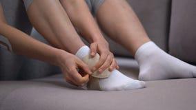 在适当的位置抗发炎疗程的夫人固定的两皮带脚腕套 股票视频