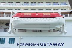 在逃走Norwegain游览线路的救生船 图库摄影