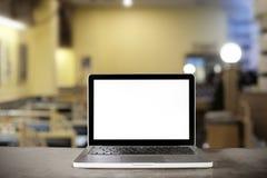 在逆酒吧的膝上型计算机在咖啡馆 免版税库存照片