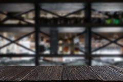 在逆酒吧的玻璃在餐馆内部迷离背景中与 库存照片