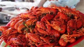 在逆鱼市上的煮沸的红色小龙虾 影视素材