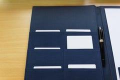 在选择的文件夹的空白的名片 库存照片