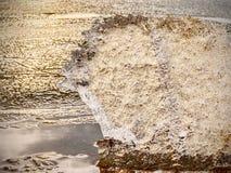 在选择聚焦照片的冰片断 详述看法入深刻的裂缝和冻结的泡影 免版税库存照片
