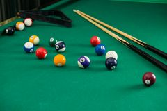 在选材台上的撞球与台球暗示,落袋撞球,水池g 库存照片