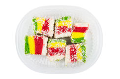 在透明塑料盒的多色土耳其快乐糖 免版税库存照片