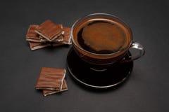 在透明杯子的黑,自然,芬芳咖啡在黑背景 免版税库存照片