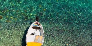 在透明海的汽艇 库存照片