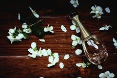 在透明瓶的香水有春天开花的 免版税库存图片