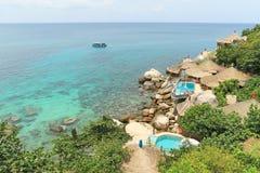 在透明的海,酸值陶,苏梅岛,泰国的竹小屋 免版税库存图片