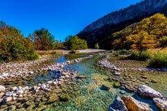在透明的Frio河的明亮的美丽的秋叶在得克萨斯 库存照片