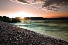 在透明的tourquise海的日出在克罗地亚, Istria,欧洲 免版税库存照片