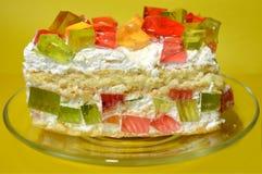 在透明盘的开胃果冻蛋糕在黄色背景 库存照片