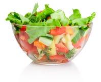 在透明碗的新鲜蔬菜沙拉在白色 免版税库存图片