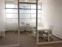 在透明门后的空的办公室 免版税库存图片