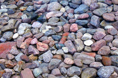 在透明水之下的石头 免版税图库摄影