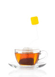 在透明玻璃杯子的热的茶有标签的 库存照片