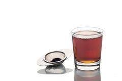 在透明玻璃的新近地酿造的热的茶与茶筛子 免版税图库摄影