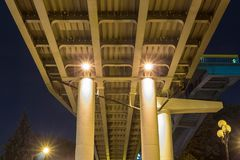 在透视的桥梁从低角度在晚上 免版税库存照片