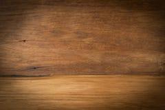 在透视褐色w前面的木板空的葡萄酒桌 图库摄影