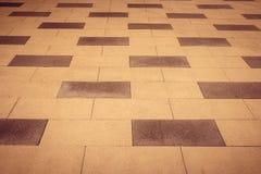 在透视路的被堆积的沥青瓦片 黑色白色 图库摄影