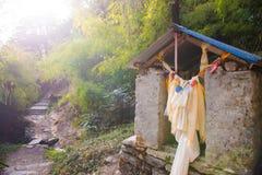 在途中的一个小寺庙对山在尼泊尔 免版税库存图片