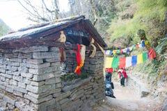 在途中的一个小寺庙对山在尼泊尔 免版税图库摄影