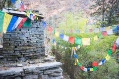 在途中的一个小寺庙对山在尼泊尔 库存照片