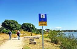 在途中的两个香客向圣地亚哥,通过de拉普拉塔,西班牙 图库摄影