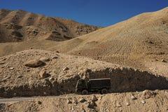 在途中的大卡车对从leh的lamayuru 图库摄影
