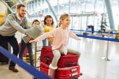 在途中的家庭对家庭度假 免版税库存照片