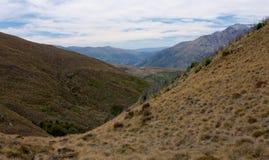 在途中的小山对在昆斯敦,新西兰附近的本洛蒙德峰顶 库存图片