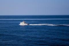 在途中的小船对Cirkewwa马耳他 库存图片