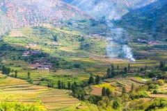 在途中的山景从丽江向Lugu湖 免版税图库摄影