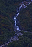 在途中的山瀑布对Mendelhall冰川3 免版税库存照片