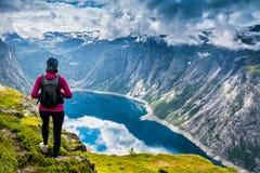 在途中的惊人的自然视图对Trolltunga 地点:Scandina 免版税图库摄影