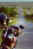 在途中的摩托车在夏天冒险旅行 免版税库存照片