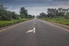 在途中的柏油路向安哥拉北部 库存图片