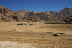 在途中的沙丘对从leh的lamayuru 库存照片