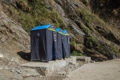 在途中的洗手间在喜马拉雅山谷  库存照片