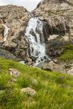 在途中的瀑布向湖 免版税库存图片