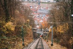 在途中的缆车对海得尔堡城堡通过hlls 免版税库存照片