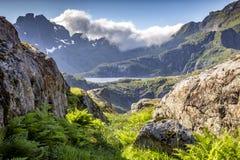 在途中的美丽的景色对Munkan山在Lofoten海岛,挪威 库存照片