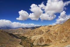 在途中的观点向从Leh的Pangong湖 免版税库存图片