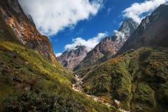 在途中的风景看法从Deurali到Machapuchare营地,尼泊尔 免版税库存图片