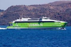 在途中的高速渡轮到海岛锡拉(Fira,圣托里尼) 库存照片
