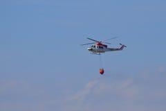 在途中的直升机对森林火灾 免版税库存图片