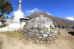 在途中的Stupa对珠穆琅玛营地 免版税库存图片