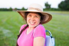 在逗人喜爱的滑稽的笑的妇女的画象有在帽子的雀斑的本质上 库存图片