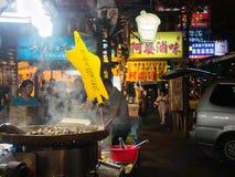 在通入蒸汽的大平底锅被烤的花生在瑞丰夜市场上 免版税库存图片