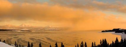 在通入蒸汽的湖的日落 库存照片